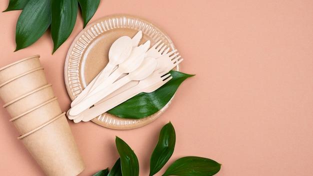 Gobelets et couverts en papier zéro déchet avec feuilles