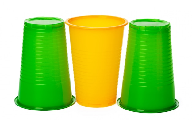 Gobelets jetables colorés pour boissons sur blanc