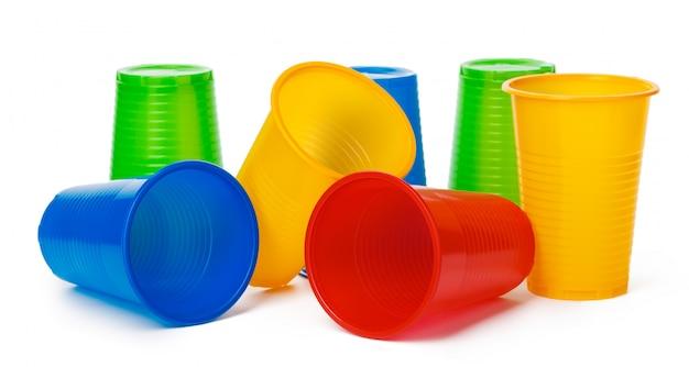 Gobelets jetables colorés pour boissons isolés on white