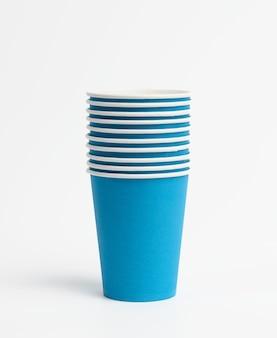 Gobelets jetables en papier bleu sur fond blanc, concept écologique, zéro déchet