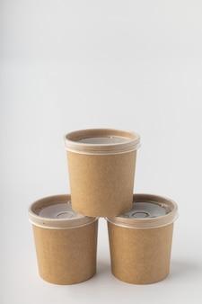 Gobelets non en plastique pour la livraison de soupe sur fond blanc