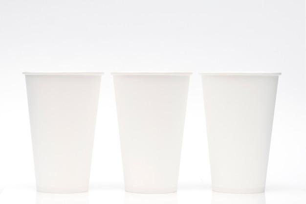 Gobelets en papier blanc sur fond blanc