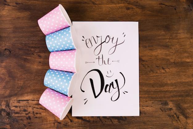 Gobelets en papier et carte de voeux