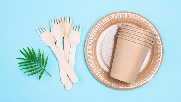 Gobelets en papier et couverts zéro déchet à plat