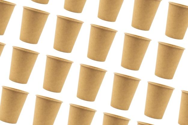Gobelets en papier jetables en carton épais isolés et dupliqués sur fond blanc