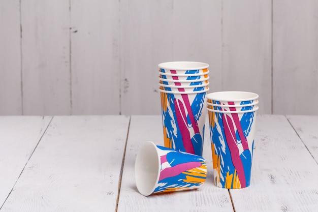 Gobelets en papier jetables pour le café à emporter sur une table en bois