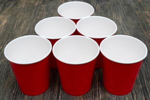 Gobelets en papier jetables rouges pour les boissons.
