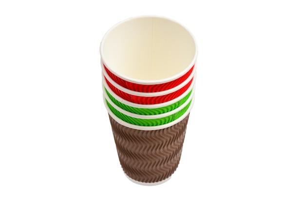 Gobelets en papier pour boissons variées. rouge, vert, marron. gobelets en papier vides. isolé sur blanc.
