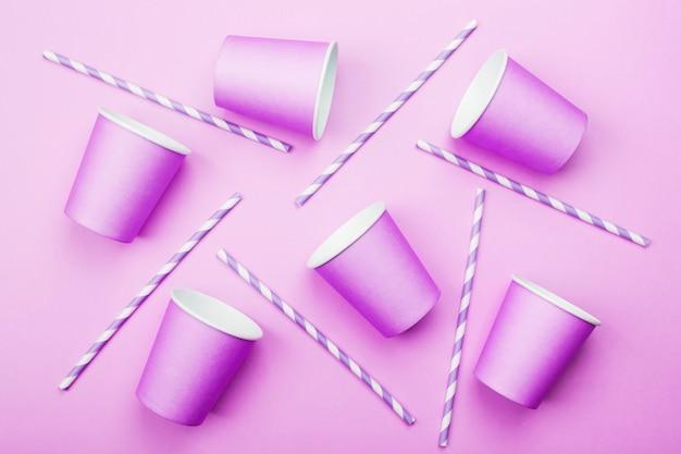 Gobelets en papier violet et paille violet-blanc sur violet