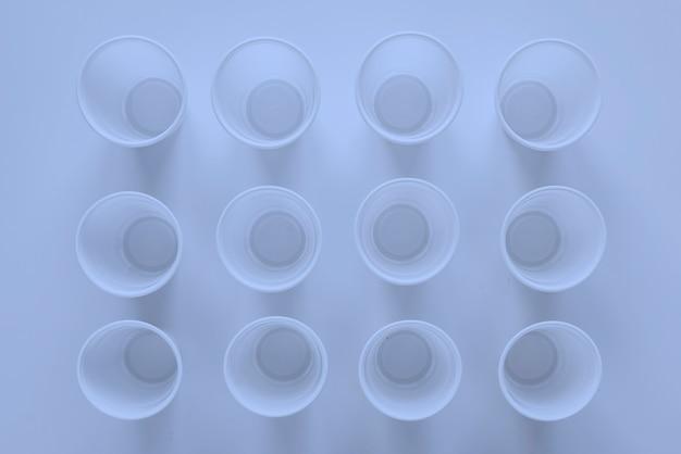 Gobelets en plastique blanc de restauration rapide, vaisselle en plastique abstraite vide