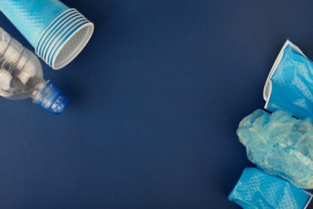 Gobelets en plastique sur fond bleu
