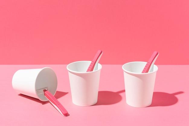 Gobelets en plastique et lames de rasoir roses