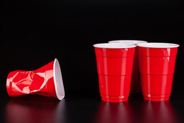 Gobelets en plastique rouge et boule pour jeu de bière pong