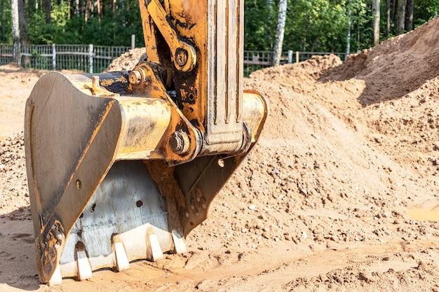 Godet d'excavatrice se bouchent. travaux d'excavation sur chantier et construction de routes. machines de construction.