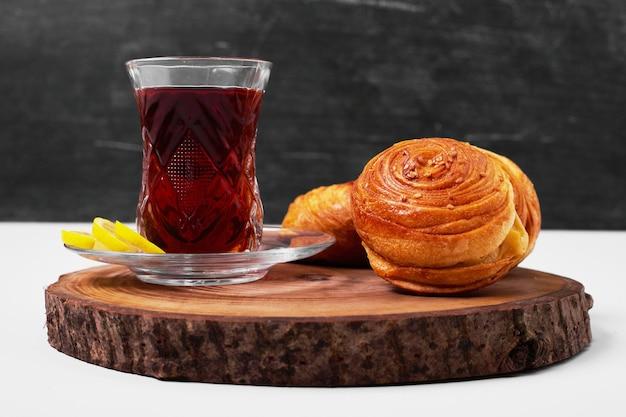 Gogal caucasien avec un verre de thé sur blanc.