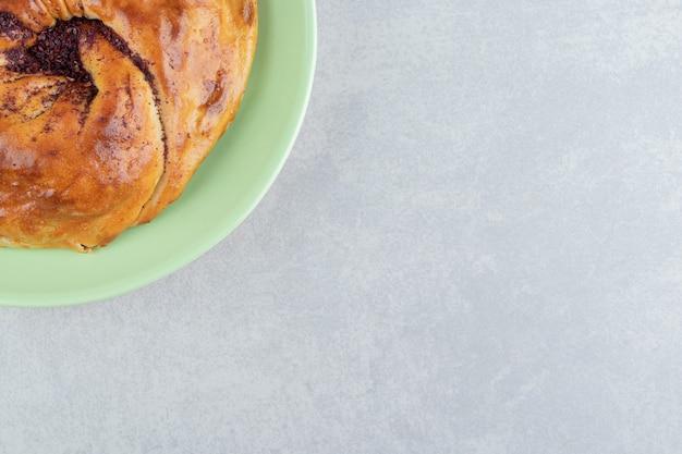 Gogal de pâtisserie fraîche sur plaque verte.