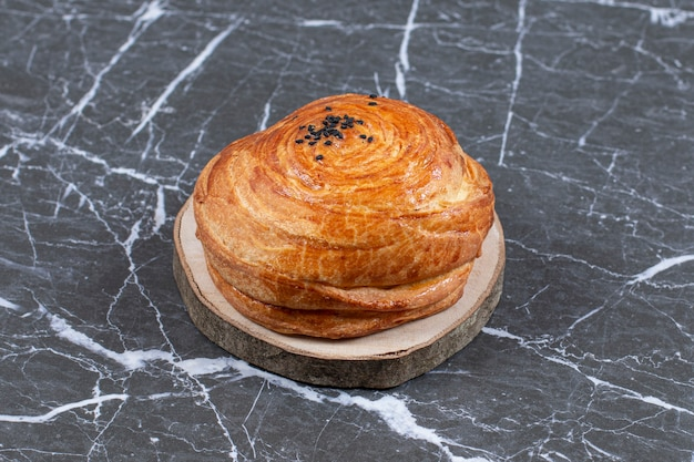 Gogal de pâtisserie nationale de l'azerbaïdjan fait maison, sur la surface en marbre