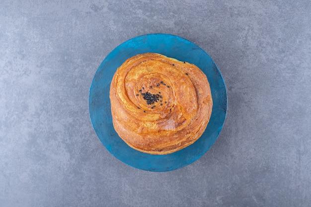 Gogal de sésame aigre sur une assiette sur une table en marbre.