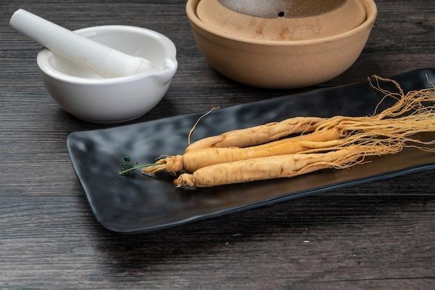 Le goji ginseng et le jujube sont dans la plaque en bois