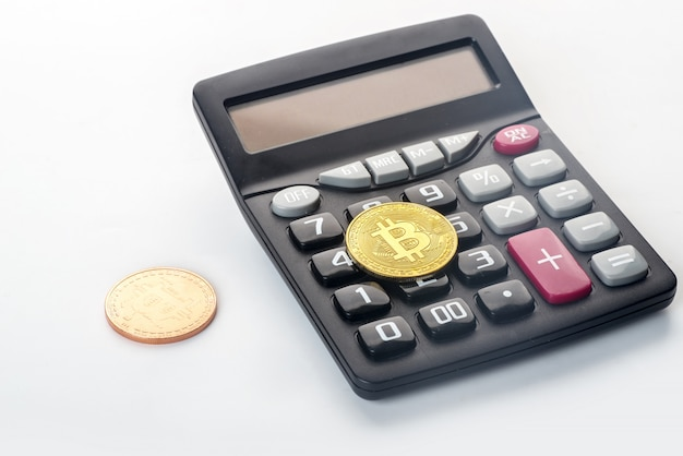 Golden bitcoin sur une calculatrice défocalisée