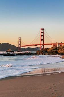 Golden gate bridge à san francisco avec vue depuis une plage