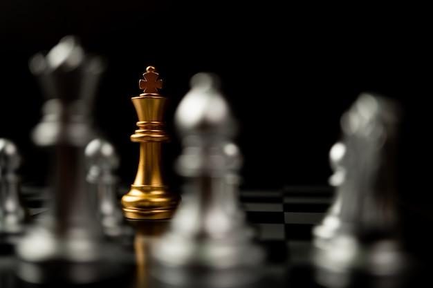 Golden king chess debout devant d'autres échecs