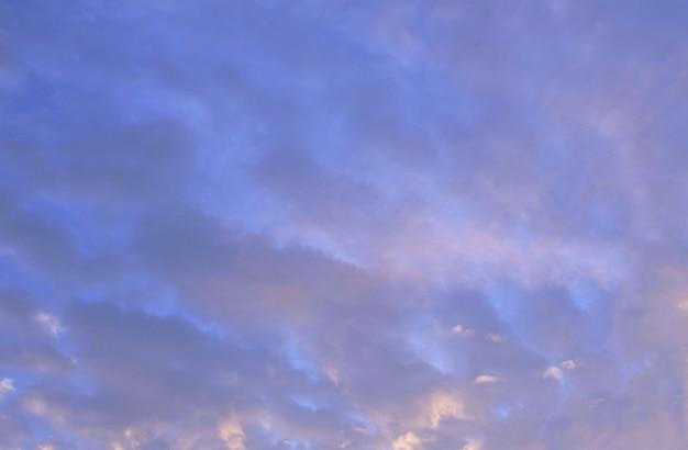 Golden sunrise sky avec de minuscules nuages blancs