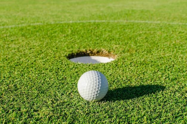 Golf dans le trou