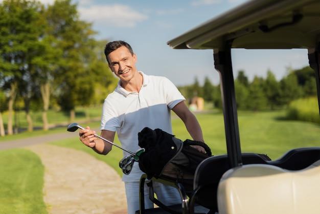 Golfeur amateur de sport de luxe et clubs de golf en voiture.