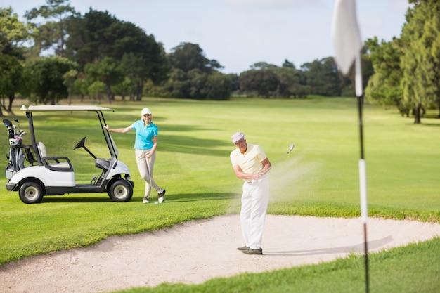 Golfeur, jouer, sable, piège, femme