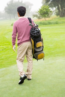 Golfeur s'éloignant avec un sac de golf