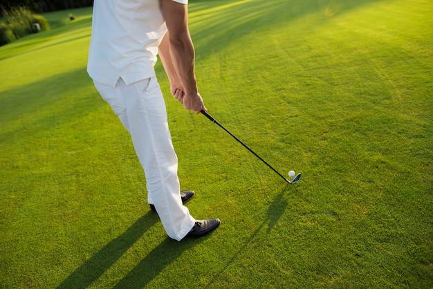 Le golfeur va prendre une balle de tir est sur le t-shirt.