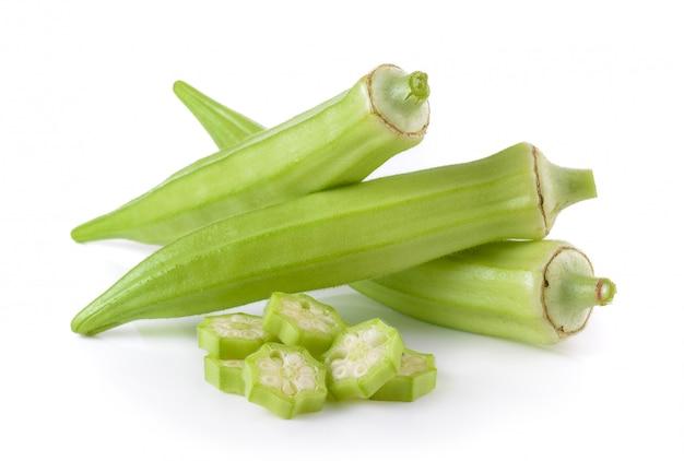 Gombo frais ou roselle verte isolé