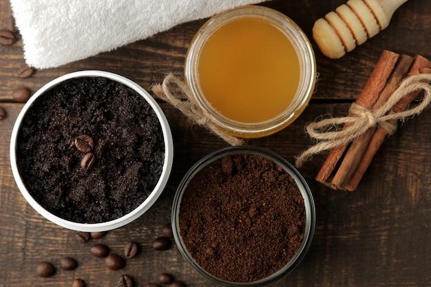 Gommage au café fait maison dans un pot blanc pour le visage et le corps et divers ingrédients pour faire un gommage. spa. produits de beauté. soins cosmétiques
