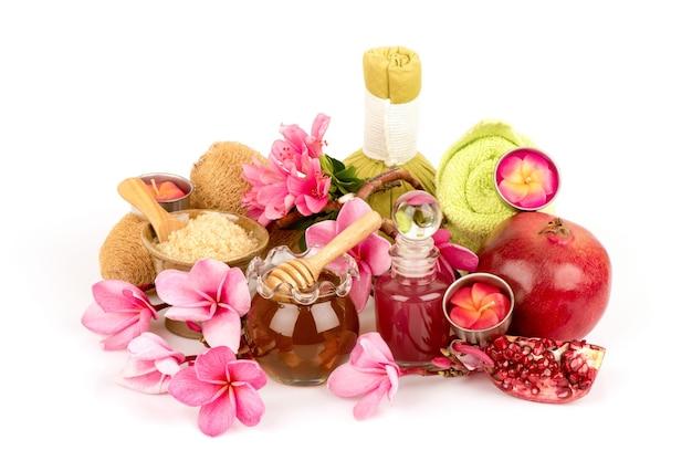 Gommage aux fruits de grenade, miel, sucre rouge isolé sur fond blanc.