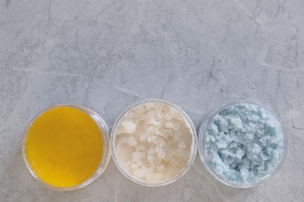 Gommage corporel. noix de coco, sucre, agrumes. produits cosmétiques de soins spa faits maison. place pour le texte.