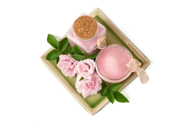 Gommage de la peau avec de la rose de damas extraite et du sel de mer isolé sur blanc. vue de dessus, pose à plat.