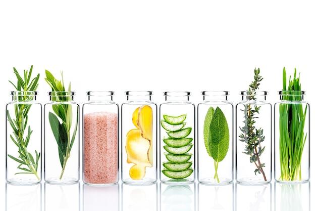 Gommages faits maison avec des ingrédients naturels dans des bouteilles en verre isoler sur fond blanc.