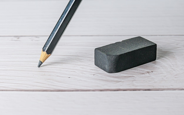 Gomme et concept d'erreur, gomme et crayon sur une table blanche