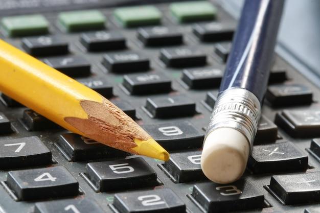 Gomme et crayon sur la calculatrice