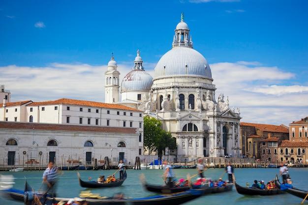 Gondoles sur canal grande avec basilica di santa maria della salute en arrière-plan, venise, italie