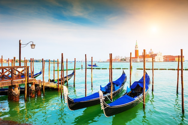 Gondoles sur le grand canal près de la place san marco à venise, italie. destination de voyage célèbre