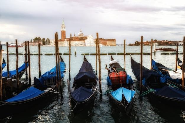 Gondoles sur la place saint-marc à venise - italie
