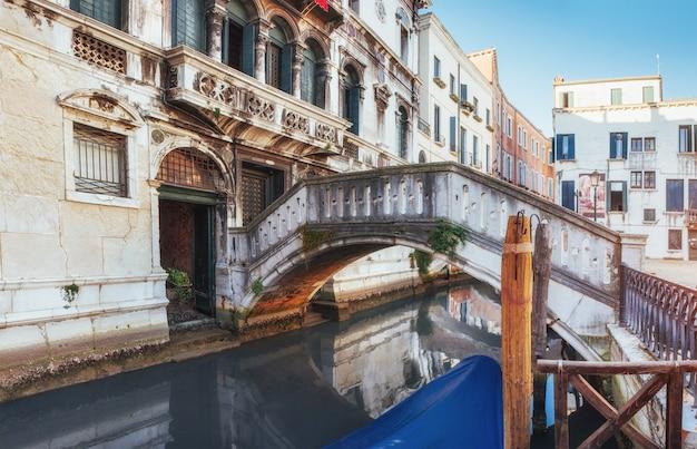 Gondoles traditionnelles sur canal étroit entre les maisons historiques colorées à venise, italie