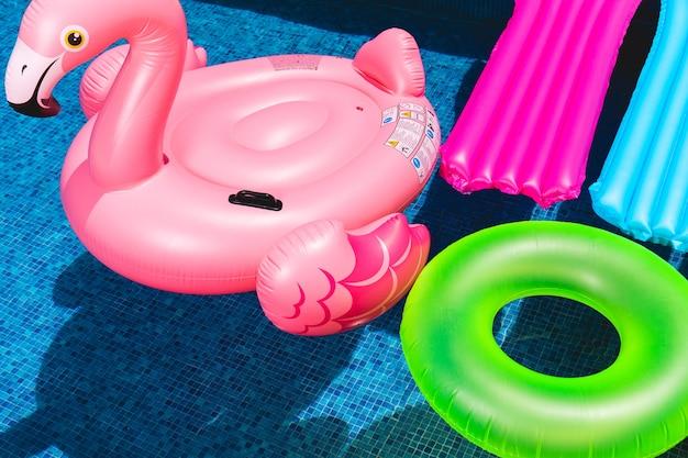 Gonflables dans la piscine