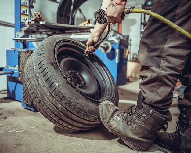 Gonflage des pneus de voiture à l'air comprimé