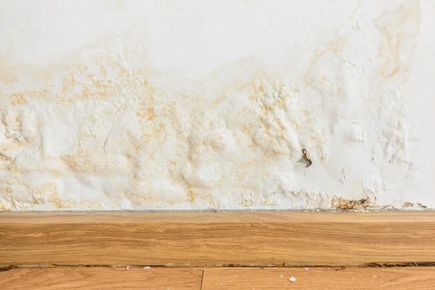 Gonflement des couleurs sur le vieux mur blanc