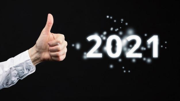 Good grade concept pour 2021. la main montre les pouces vers le haut.