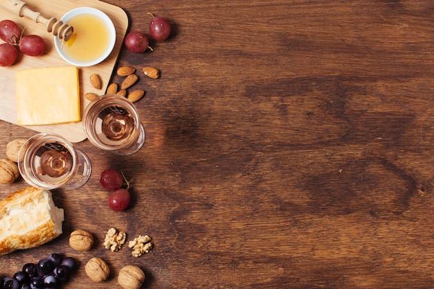 Goodies pique-nique plat sur fond en bois avec espace de copie