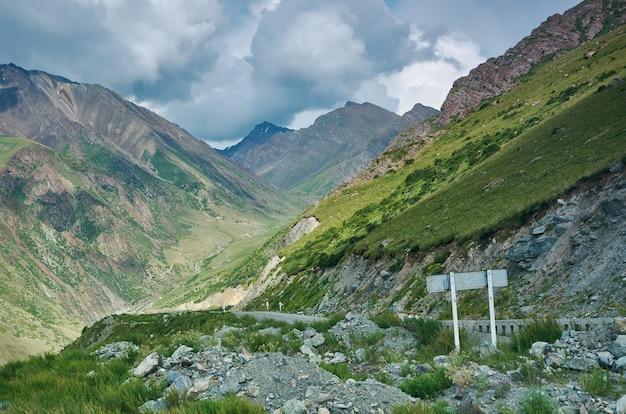 Gorge kara balta, route vers le col de too-ashuu 3150m, route de bichkek à osh. kirghizistan,